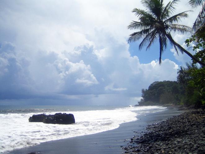 Plage.sable.noir.Tahiti