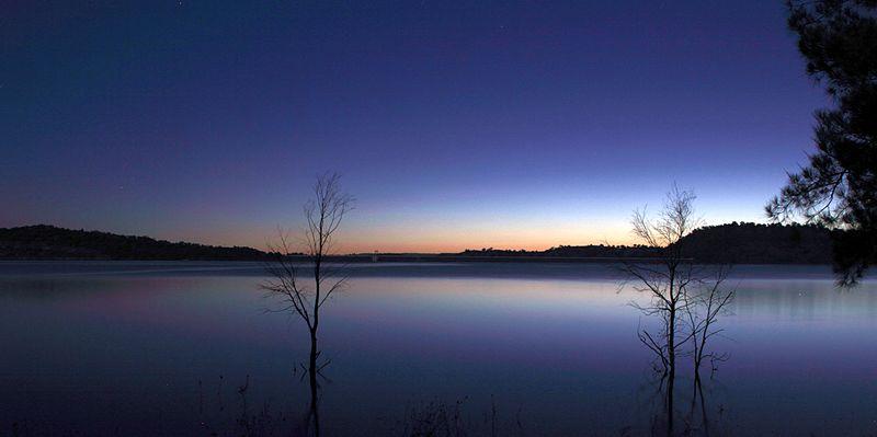 Lake_Glenbawn_at_late_sunset,_April_2013