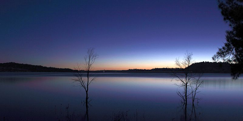 Lake_Glenbawn_at_late_sunset,_April_2013