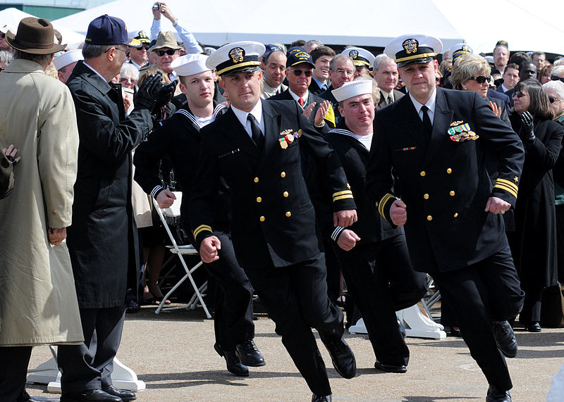 800px-US_Navy_100327-N-3154P-079_Sailors_man_the_boat_during_commissioning_of_USS_New_Mexico